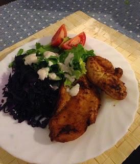 Fűszeres csirkemell párolt lilakáposztával és salátával