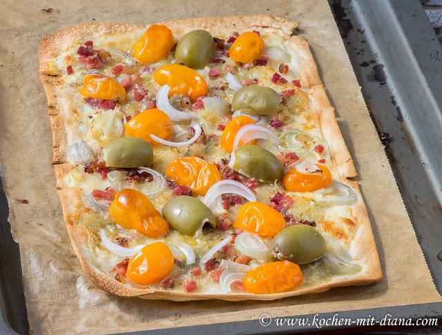 Flammkuchen mit Speck, Blauschimmelkäse und Zwiebel/ Tarte flambée with bacon, blue cheese and onion