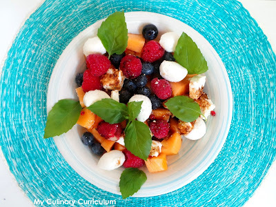 Salade de melon, myrtilles, framboises, feta et mozzarella (Salad, blueberries, raspberries, feta and mozzarella salad)