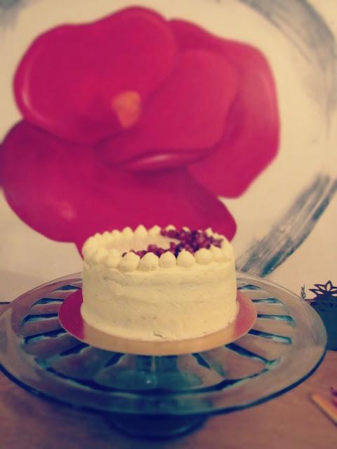 Gâteau à la vanille, grenade et glaçage chocolat blanc. [Battle Food #41]