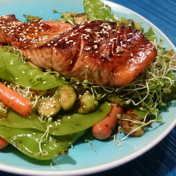 Salmão ao shoyu e gergelim com legumes salteados