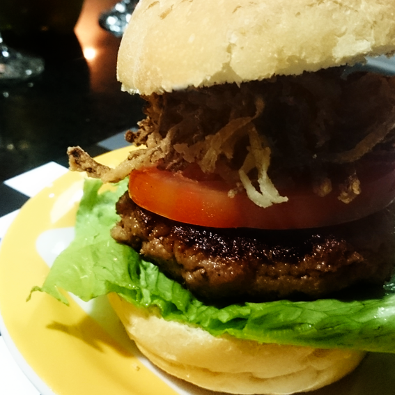 Hambúrguer recheado com queijo