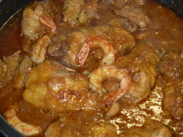 Cuixes de pollastre amb peu de porc i gambes.