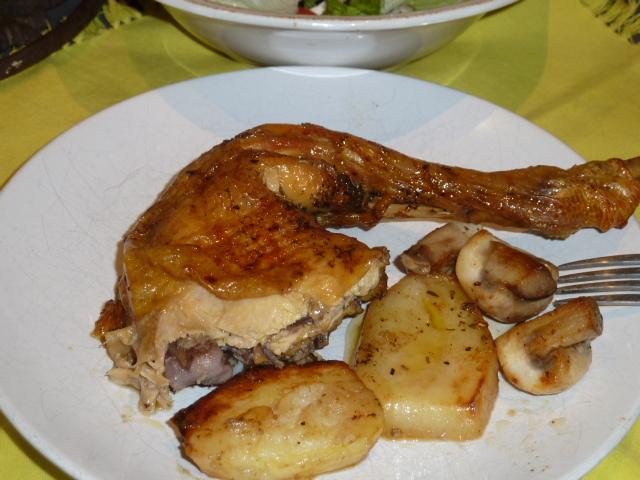 Pollastre rostit al forn amb poma caramel·litzada.