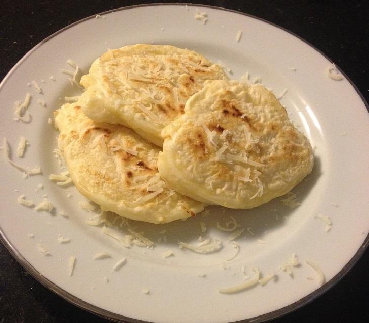 Pão de queijo rústico de frigideira