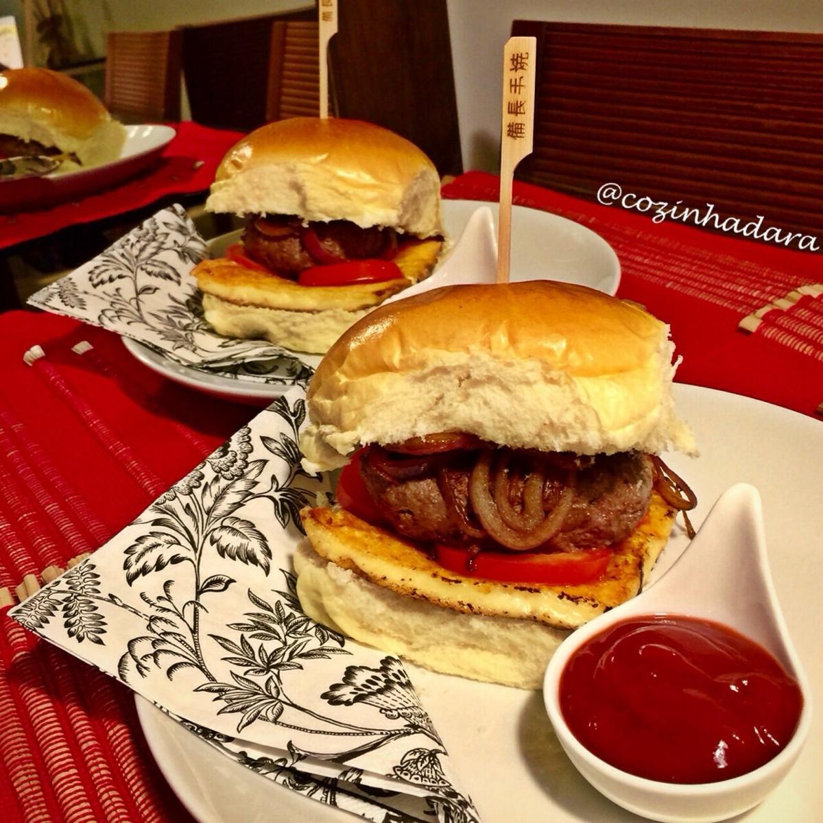 Hambúrguer Caseiro com Queijo Coalho, Cebola Roxa, Tomate Italiano e Ketchup de Balsâmico