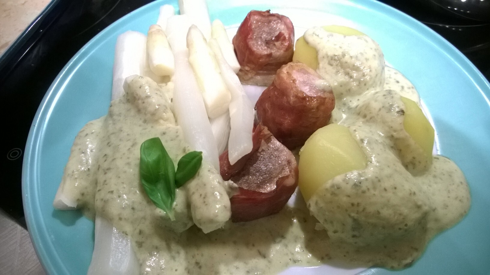 Frischer Spargel mit Schweinefilet, Basilikumsauce