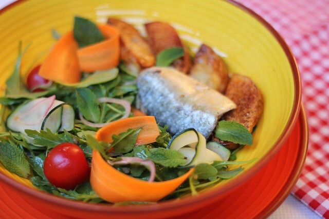 Salada de sardinha com batata e um molho especial
