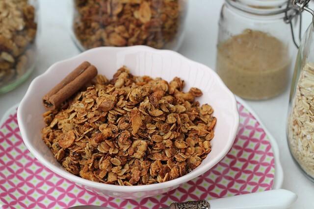 Granola saudável à base de creme de amendoim caseiro