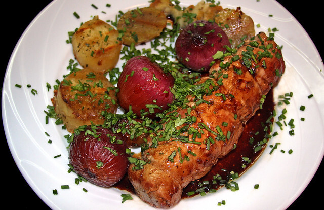 Solomillo de Cerdo con Cebollas Caramelizadas en Reducción de Aceto Balsámico, Vino y Miel