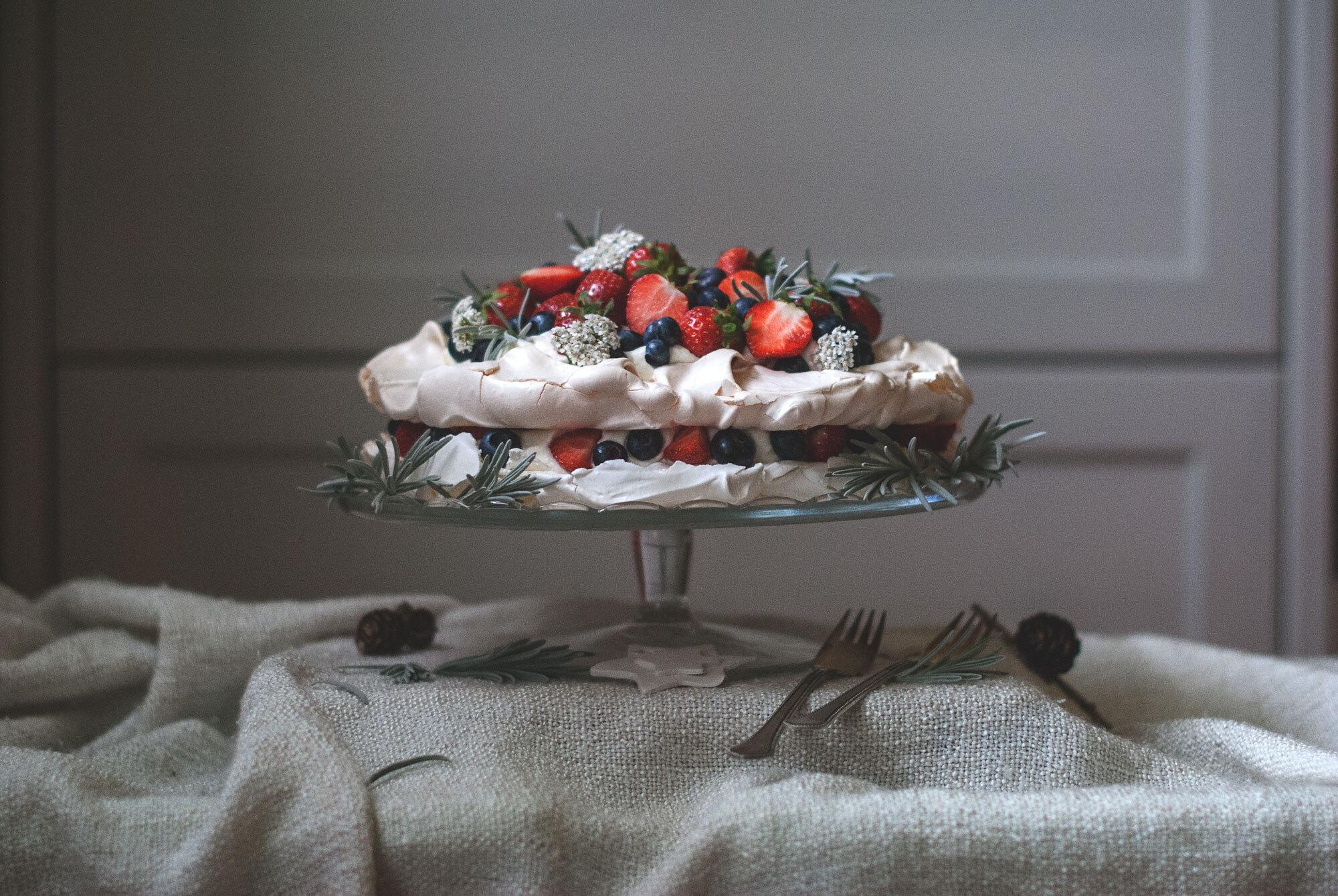 Pavlova s krémom z mascarpone a lesným ovocím