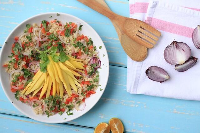Salada tailandesa com quinoa, manga e molho de peixe