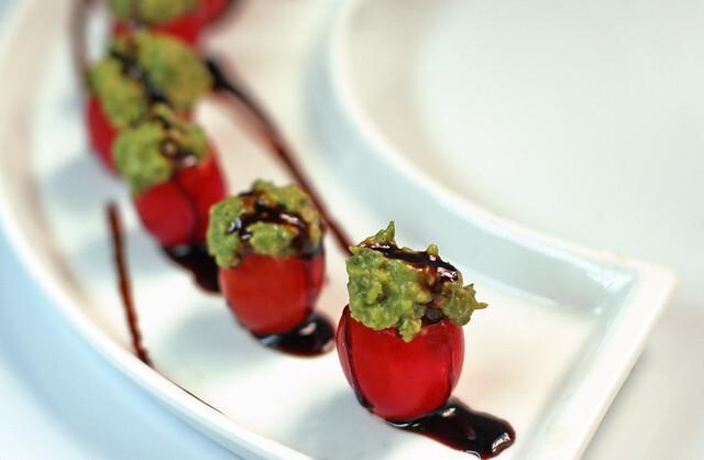 Tomates Cherry Rellenos con Pesto de Palta