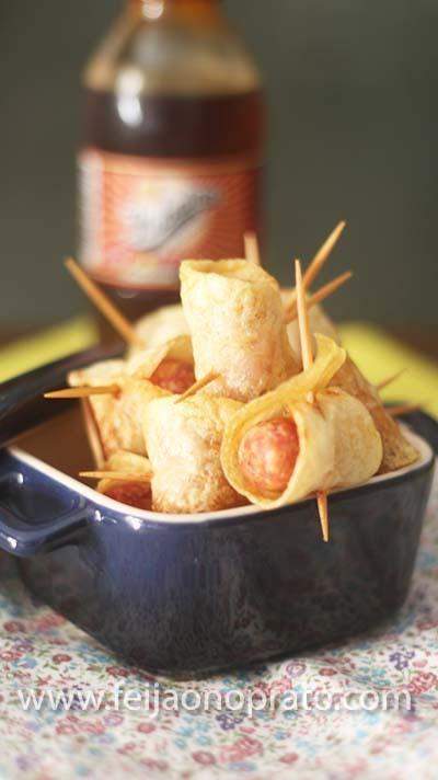 Espetinhos crocantes de batata e linguiça