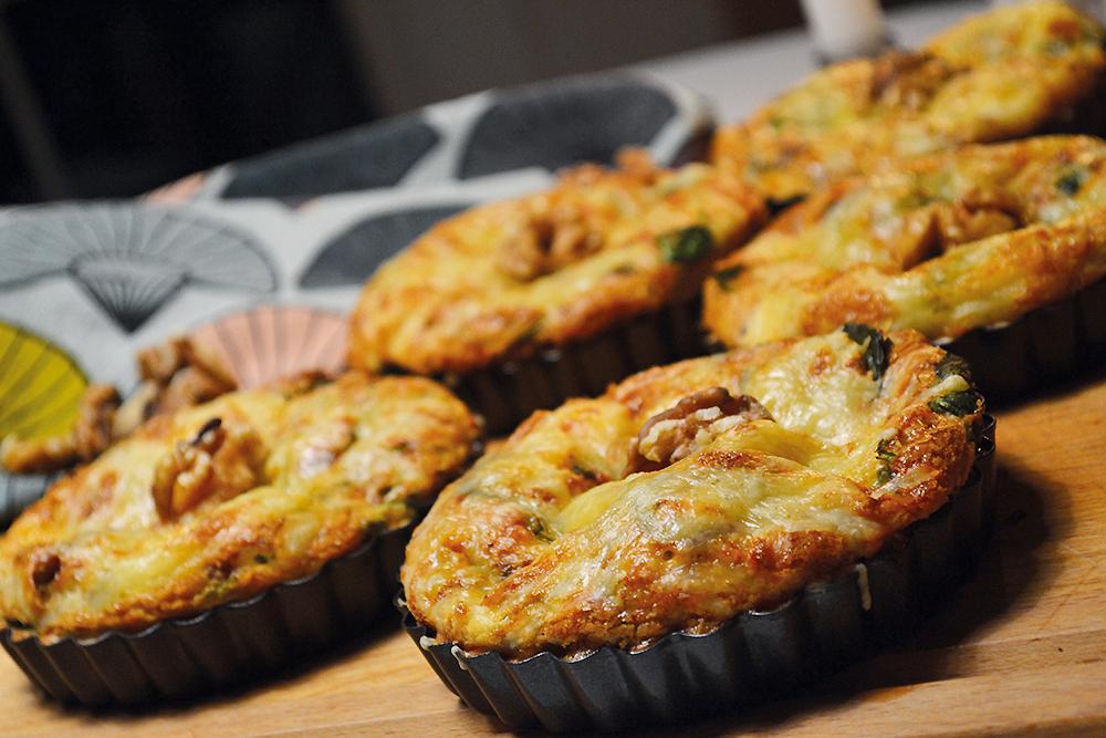 Små tærter med gedeost, spinat og valnødder