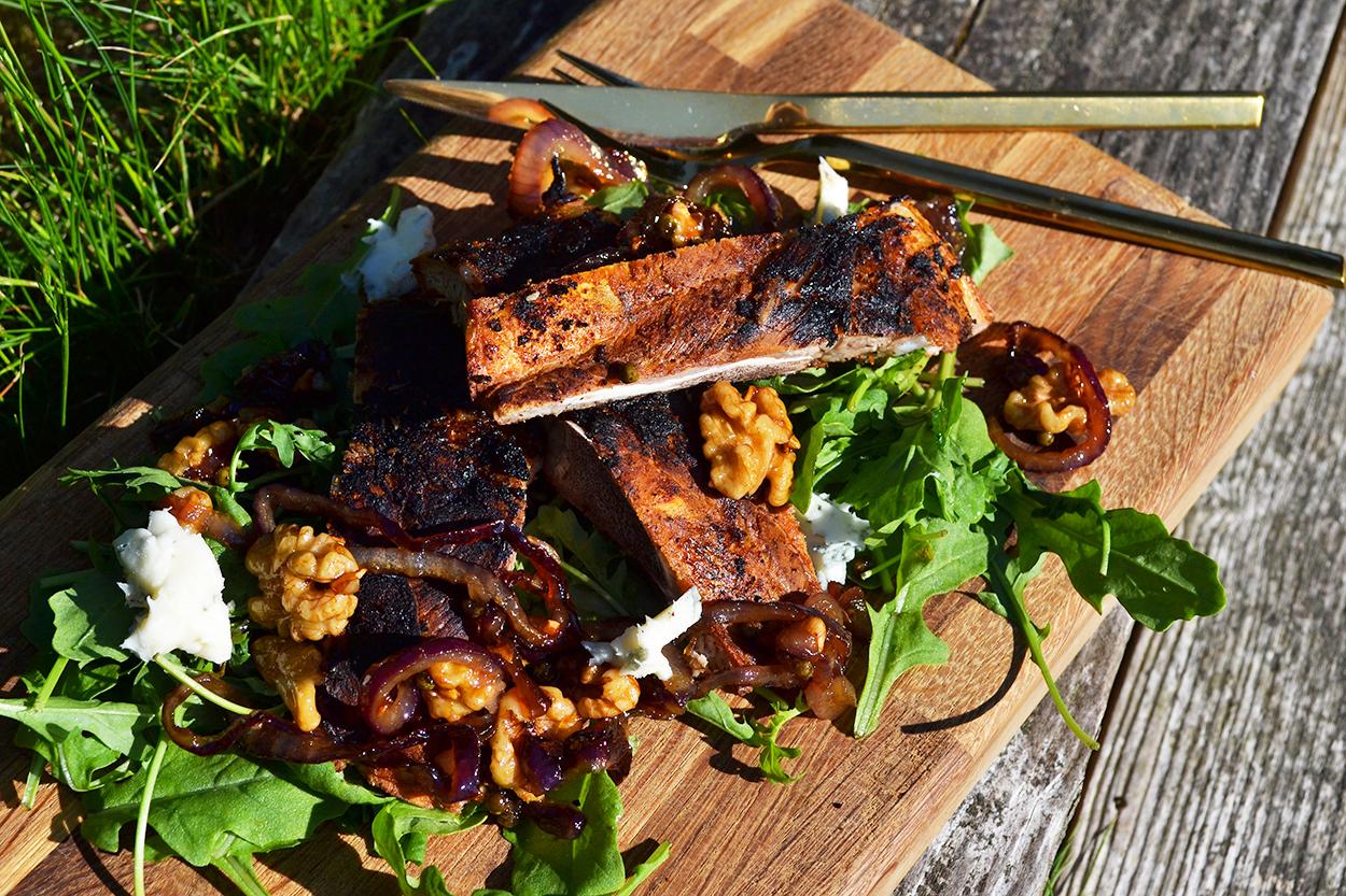 Hyben- og chilimarinerede spareribs med rucola, rødløg, valnødder, honning og blåskimmelost