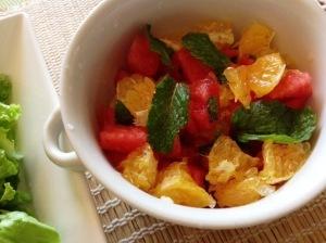 Salada de melancia com laranja e hortelã