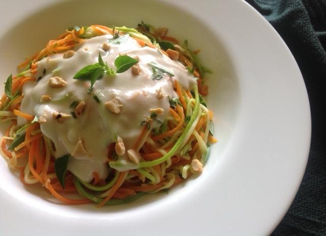 """""""Espaguete"""" de legumes ao molho branco vegano"""