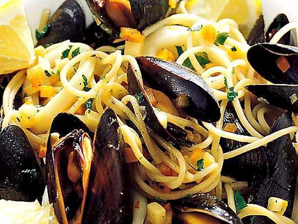 Linguine med musslor och bläckfisk i vitt vin