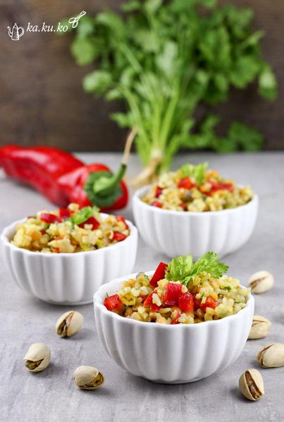 bulgur-linsen-salat mit rotem paprika und koriander
