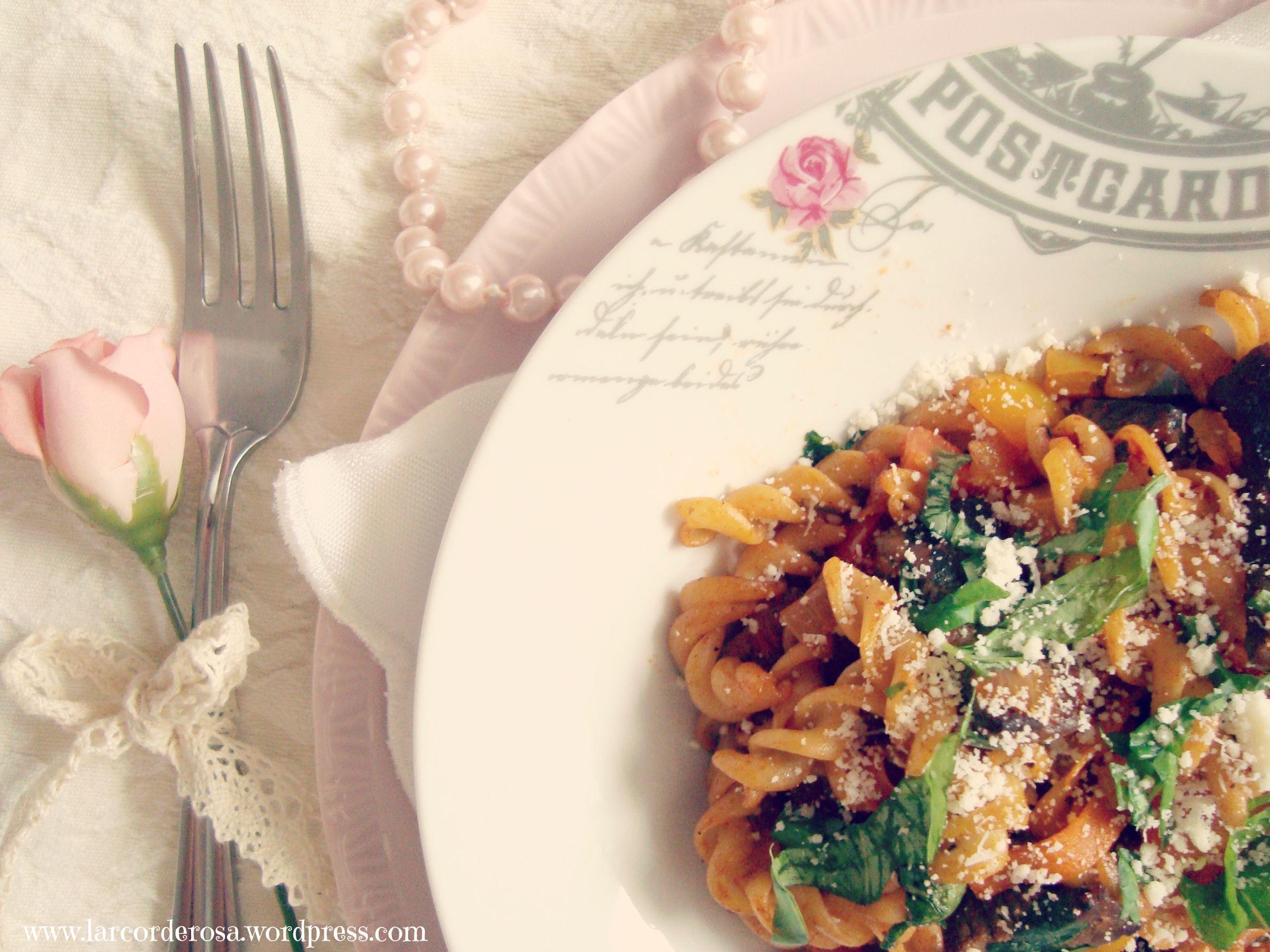 Macarrão parafuso com carne, fatias de cenoura e manjericão ♥