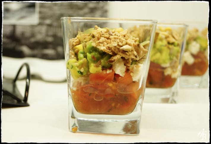 Verrines d'avocats et tomates marinées à la coriandre, brebis et crumble