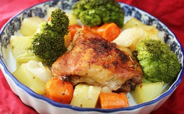 Sobrecoxa assada com legumes