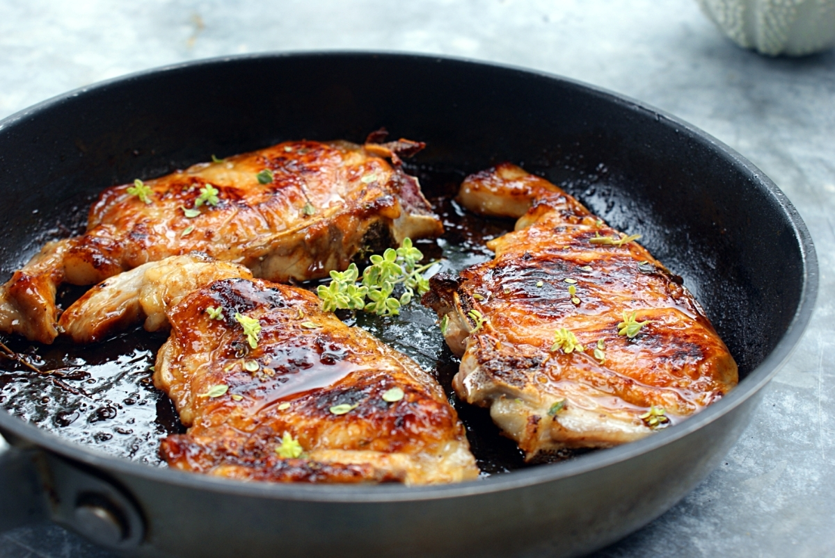 Côte de porc caramélisée au miel et thym