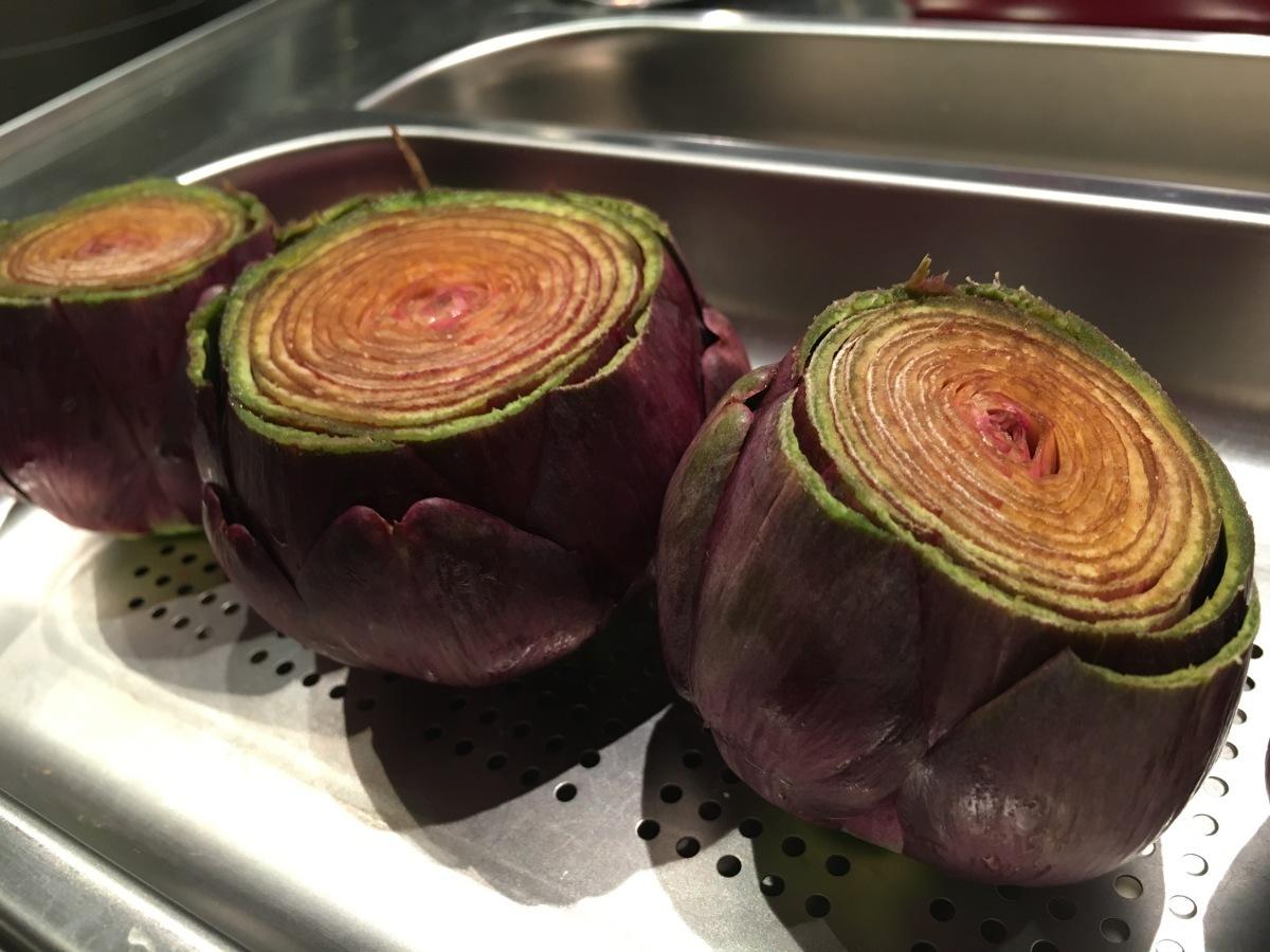 [C'est de saison!] Pintade rôtie. Artichauts violets et olives noires.
