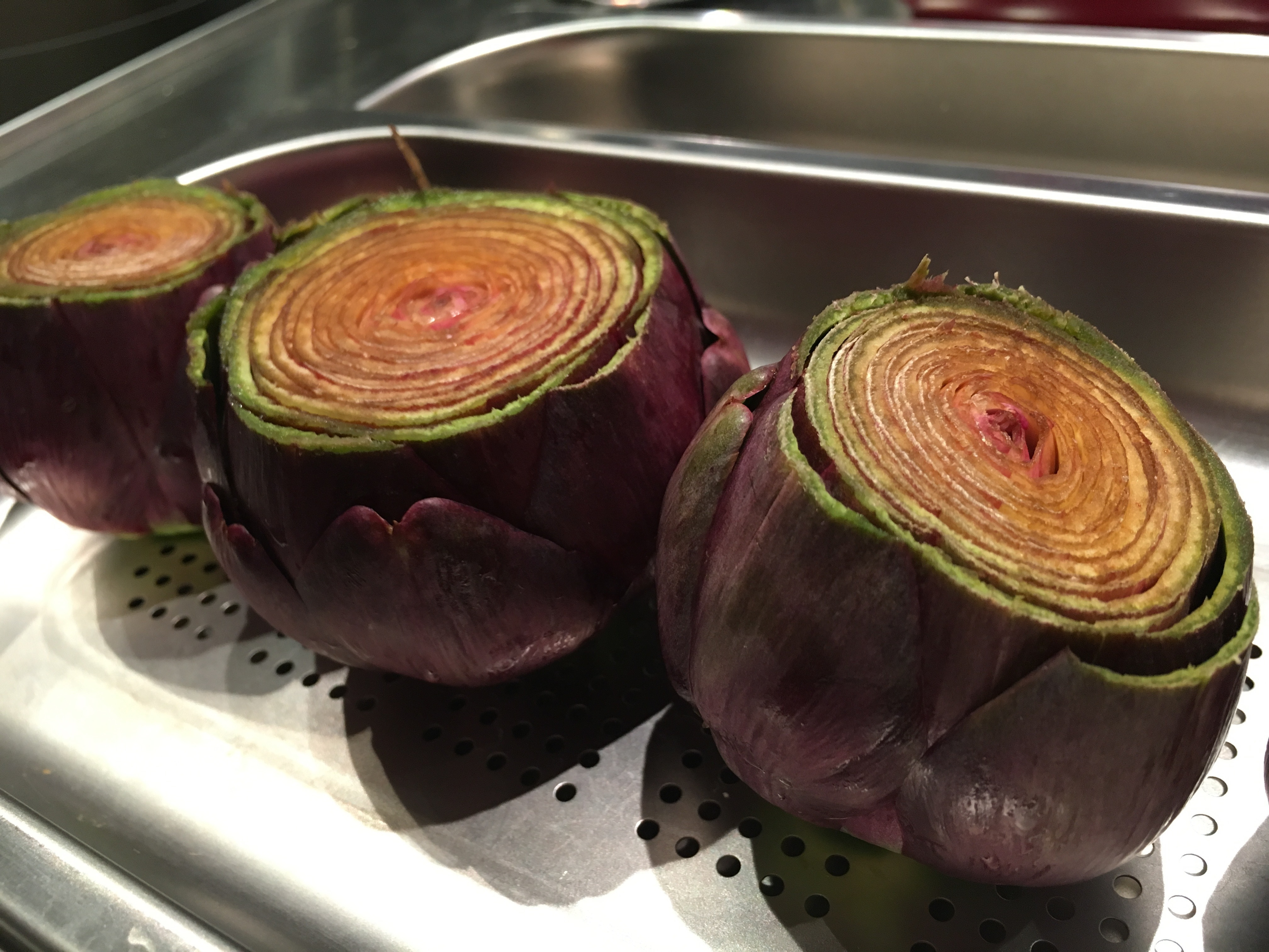 [C'est de saison!) Pintade rôtie. Artichauts violets et olives noires.