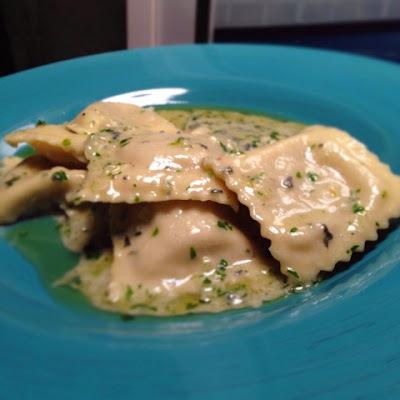 Ravióli recheado com Cabotiã ao Molho de Manteiga e Gorgonzola.