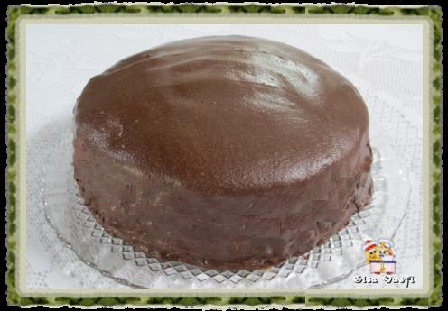 de bolo de chocolate com barra de chocolate com recheio de prestigio