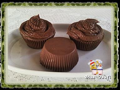 de bolo de chocolate com morango e chantilly simples