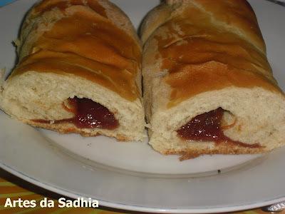 pão com recheio de queijo e goiabada