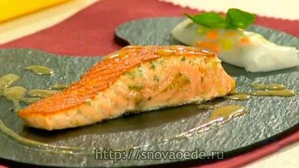 лосось на сковороде