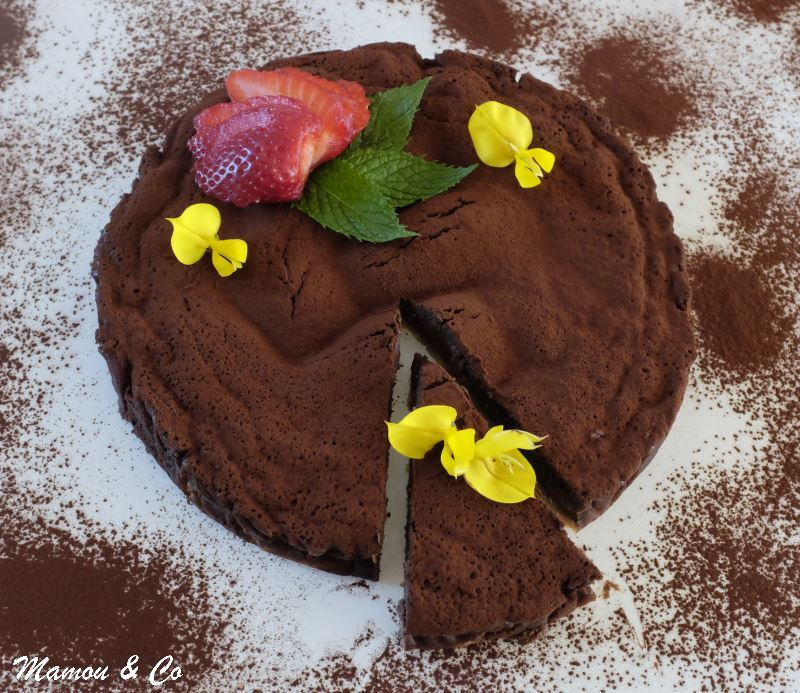 Gâteau ultra-fondant au chocolat sur croustillant caramel