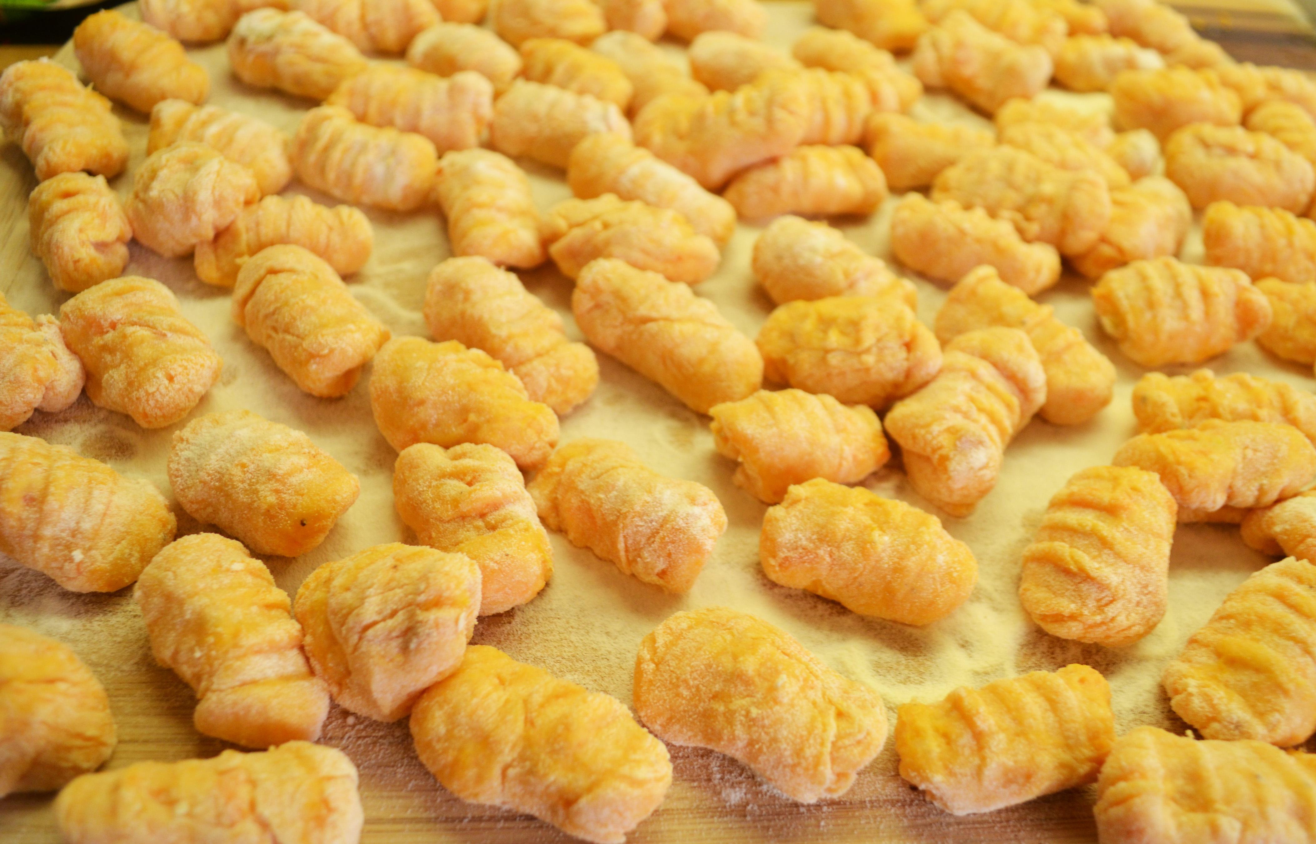 Einfach lecker! Süsskartoffel-Gnocchi mit Balsamico-Zwiebeln, Salbei und Ziegenkäseschaum