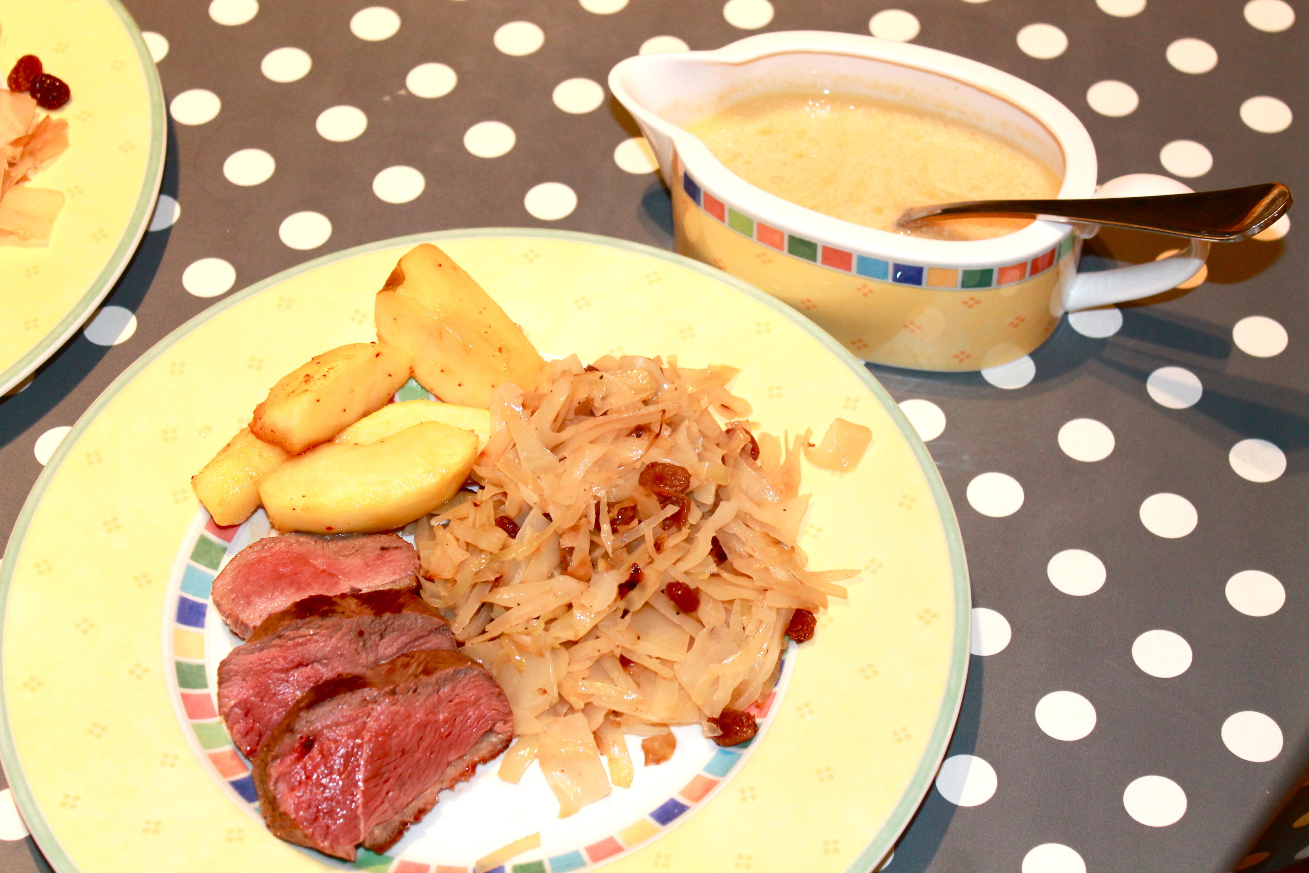 Magrets de canard sauce au cidre, tombée de chou blanc et pommes caramélisées