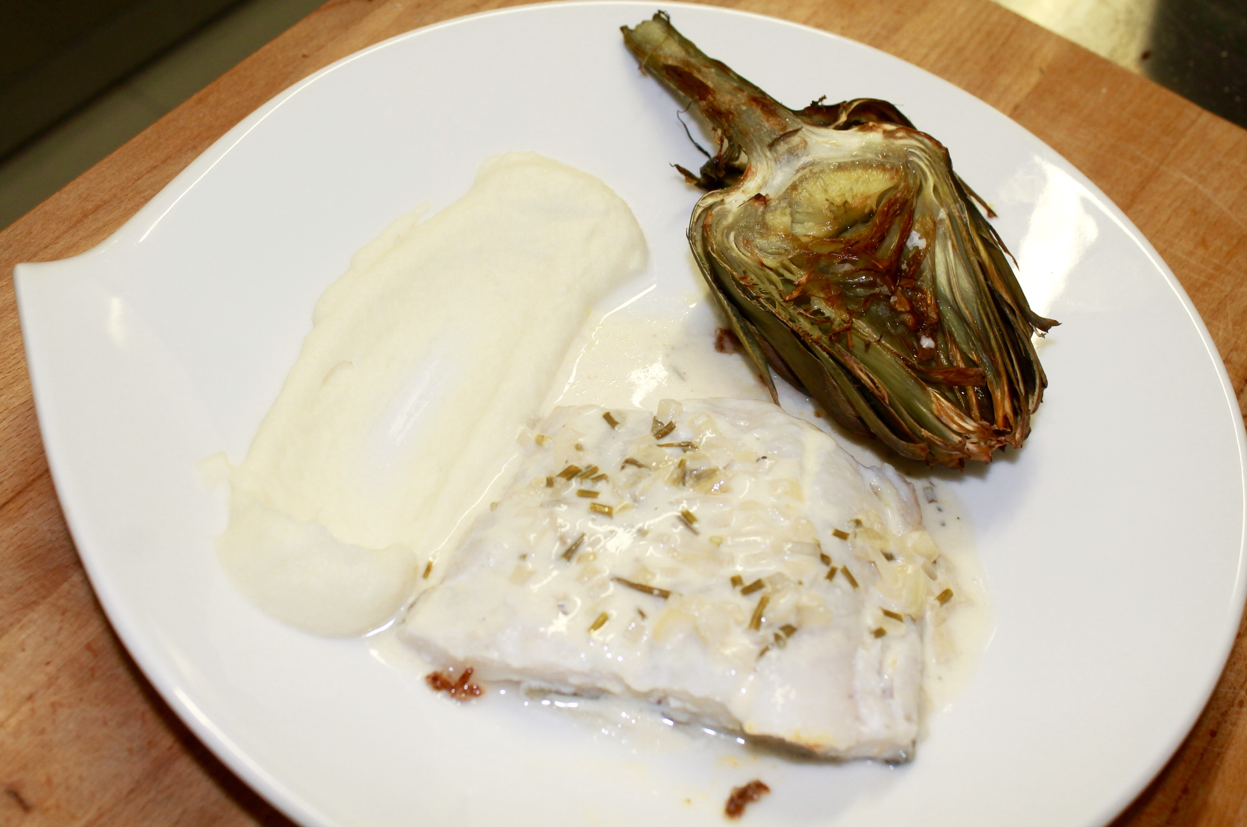 Pavé de cabillaud à l'unilatérale, sauce échalotes & vin blanc, purée de céleri et artichauts braisés