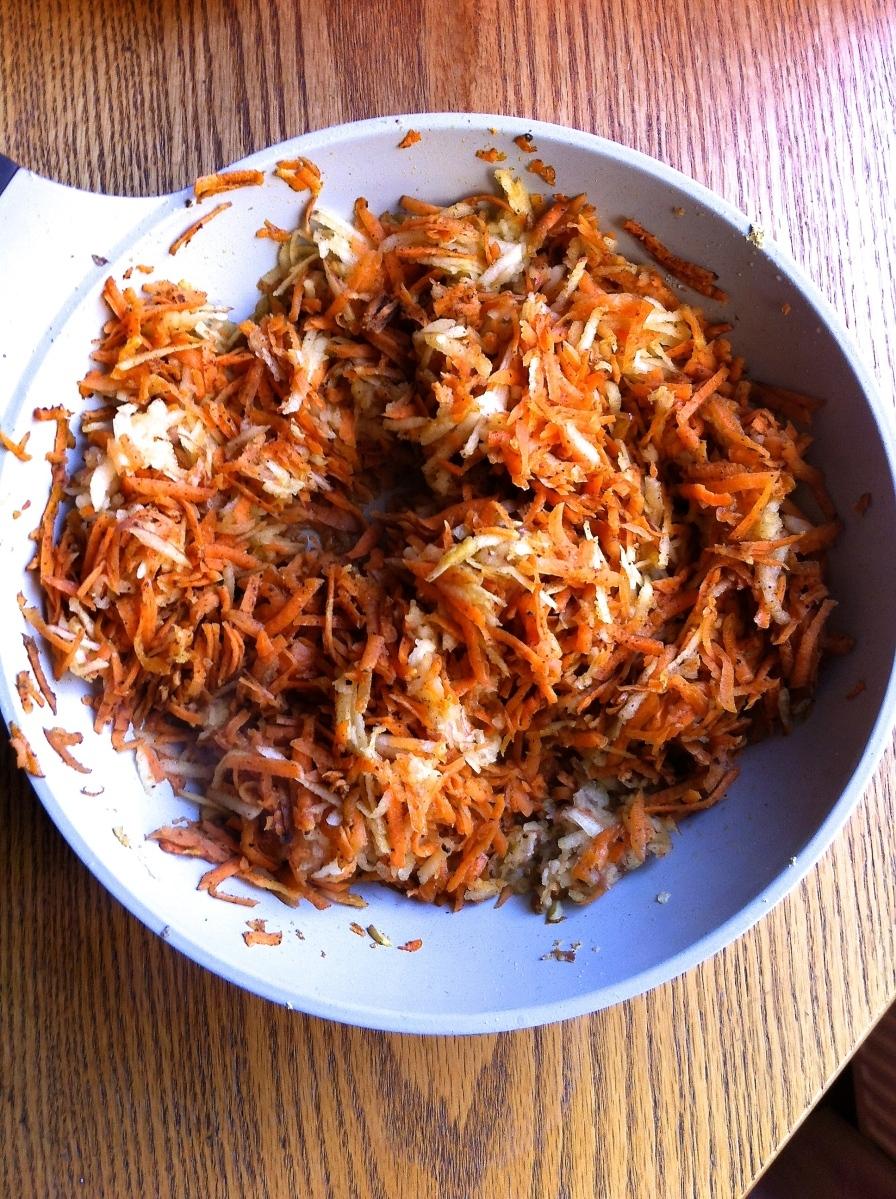 Zanahorias y manzanas ralladas a la mantequilla, con canela, clavo de olor y jengibre fresco