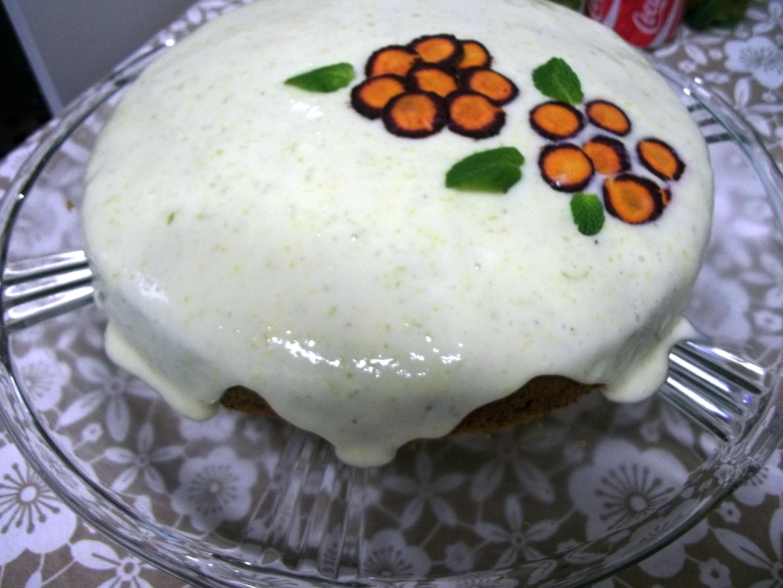 Bolo de cenoura com especiarias  e cobertura de laranja