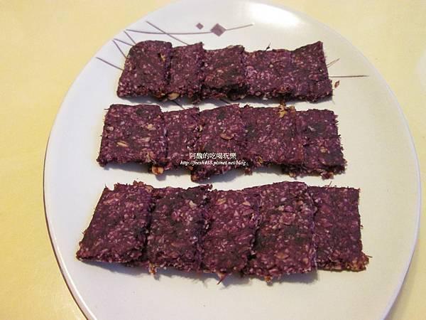 紫薯燕麥餅,無蛋、無奶、無糖、無粉、無奶油,超簡單的手指食物!電鍋或小烤箱都可以烤唷!