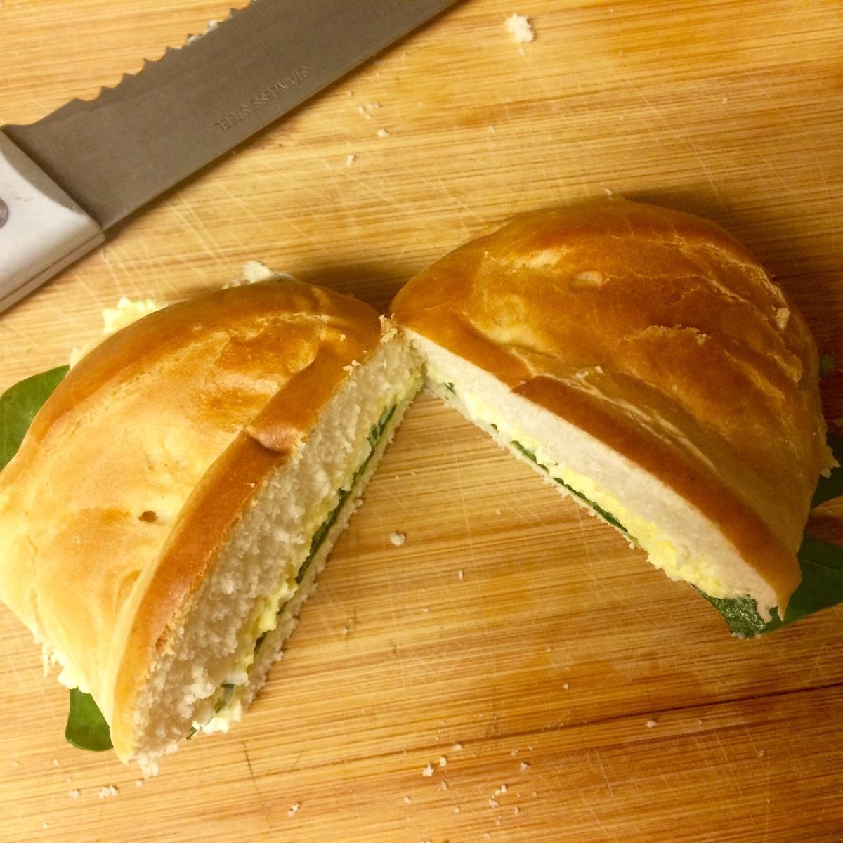 Sandwich: ensalada de huevo y espinaca