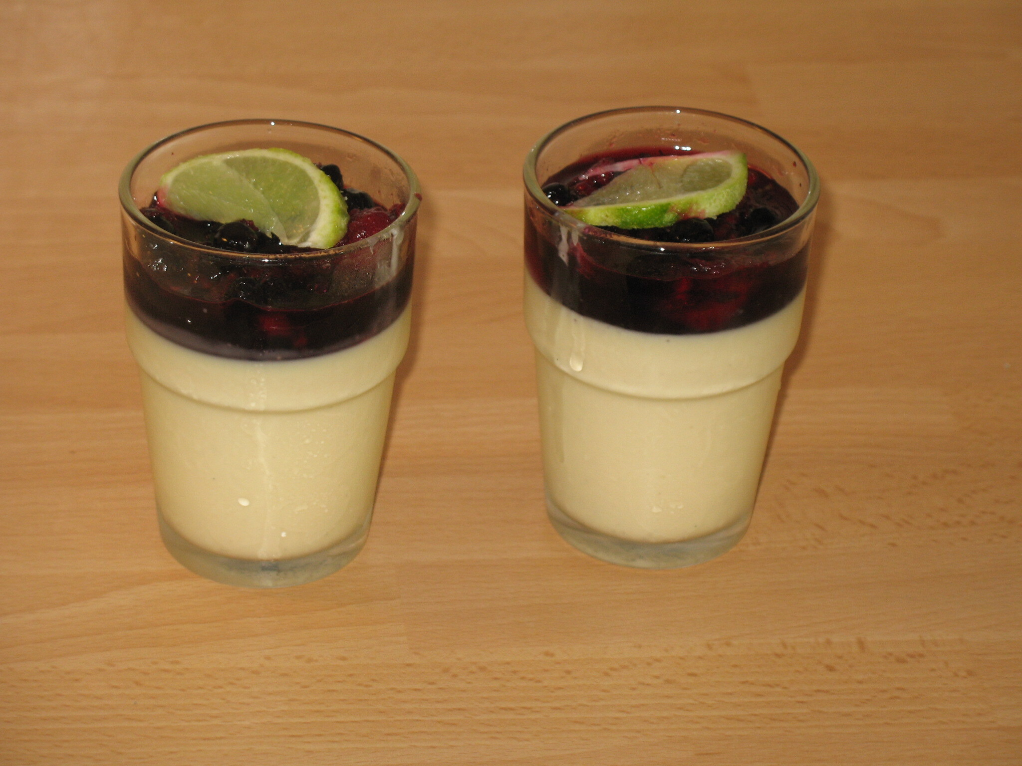 Pannacotta med limemarinerade bär
