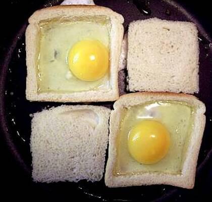 bröd med ägg i mitten
