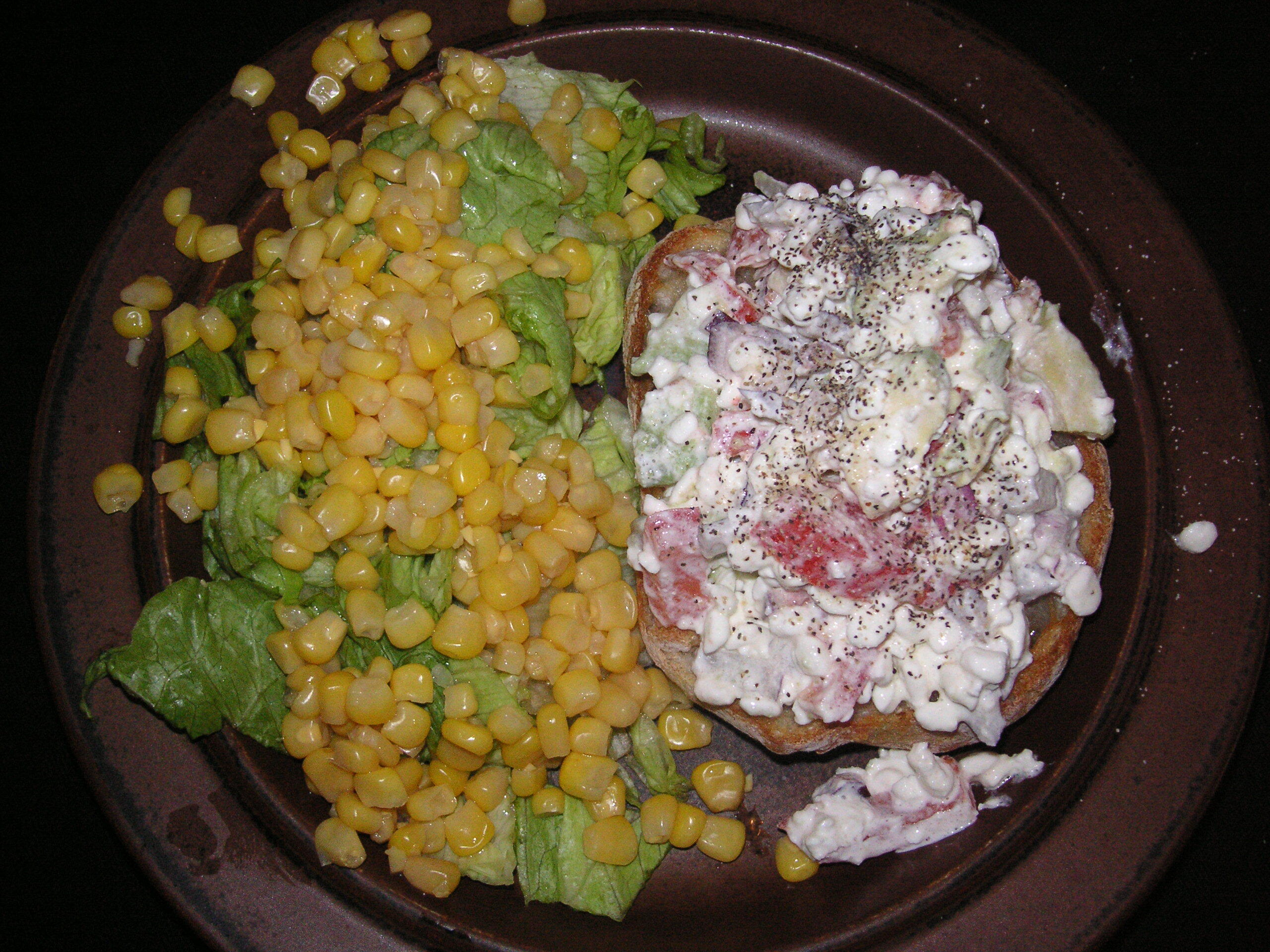 Bruschetta med cottage cheese, avokade och tomat.