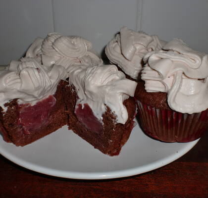 Strawberry curd fyllda chokladcupcakes med strawberry curd frosting