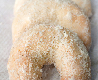 Vanillekipferl – Austrian Vanilla Crescent Cookies Recipe [Egg-less]