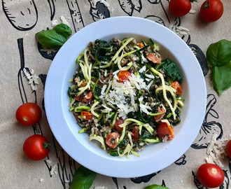 Courgette spaghetti met spinazie en cherry tomaten