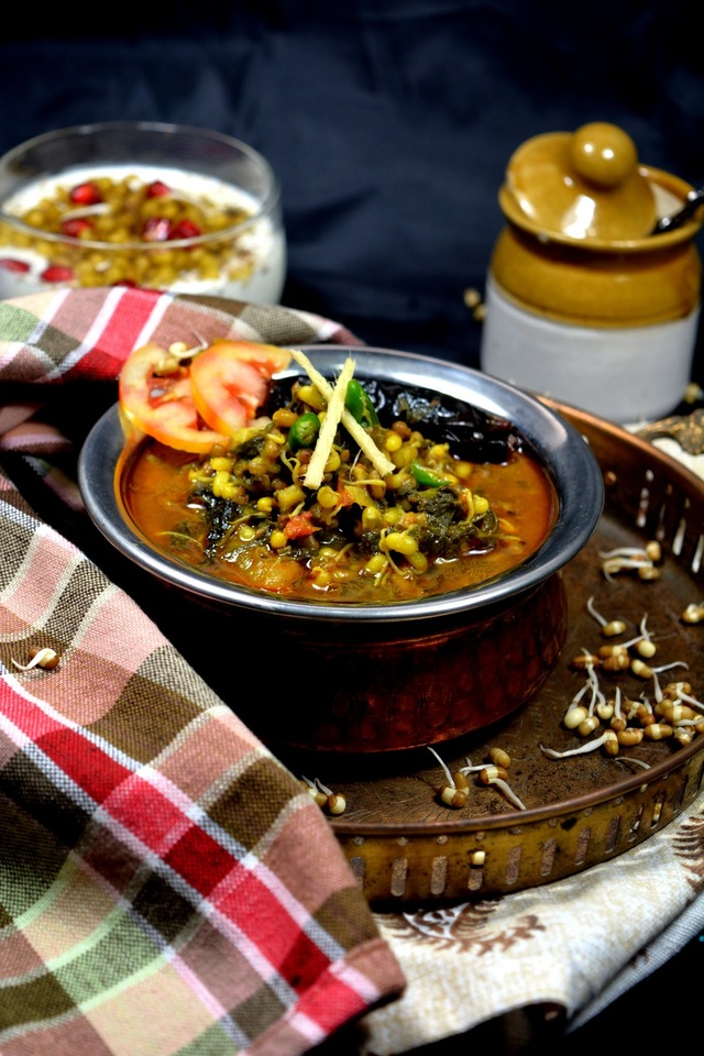 Sprouted Moth and Palak Curry | Protein Rich Sprouts Recipe